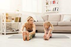 Счастливая мать и дочь имея тренировать дома Стоковые Фото