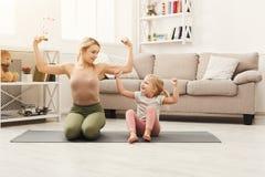 Счастливая мать и дочь имея тренировать дома Стоковое Фото