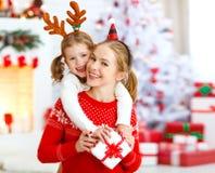 Счастливая мать и дочь семьи давая подарок рождества стоковое изображение rf