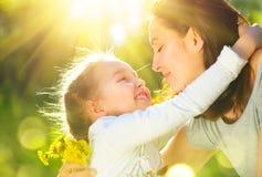 Счастливая мать и ее маленькая дочь внешние Мама и дочь наслаждаясь природой совместно в зеленом парке стоковое фото rf