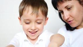 Счастливая мать и ребенок играя с диаграммами от пластилина, теста, см сток-видео