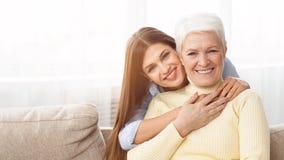 Счастливая мать наслаждаясь теплыми объятиями с дочерью стоковое фото rf