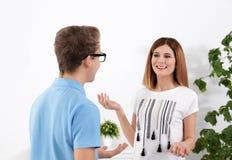 Счастливая мать разговаривая с ее сыном подростка стоковое фото