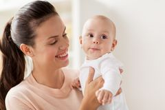 Счастливая мать с маленьким ребёнком дома стоковые фото
