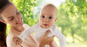 Счастливая мать с меньшим ребенком стоковое фото