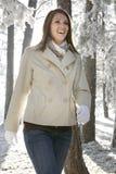 счастливая милая гуляя женщина Стоковые Фото