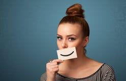 Счастливая милая женщина держа карточку с смешным smiley Стоковое Фото
