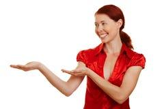 счастливая мнимая показывая женщина Стоковые Изображения RF