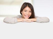 счастливая многонациональная женщина знака Стоковые Фотографии RF
