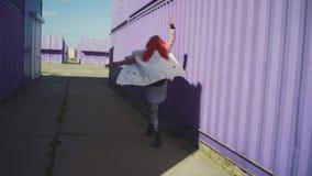 Счастливая молодая в стиле фанк женщина с розовыми танцами волос на по видеоматериал