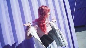 Счастливая молодая в стиле фанк женщина с розовыми танцами волос на по акции видеоматериалы