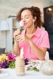 Счастливая молодая женщина аранжируя цветки стоковая фотография rf