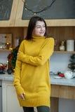 Счастливая молодая женщина в желтом связанном свитере Дом концепции, комфорт, образ жизни, осень, зима стоковые фото