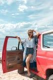 счастливая молодая женщина в положении солнечных очков стоковые фотографии rf