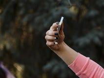 Счастливая молодая женщина делая selfie Рука с телефоном стоковая фотография rf