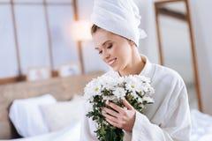 Счастливая молодая женщина держа букет цветков Стоковое Фото