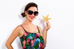 Счастливая молодая женщина держа морскую звёзду стоковая фотография