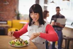 Счастливая молодая женщина есть свежий здоровый салат на кофейне Стоковые Изображения