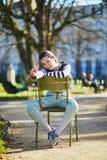 Счастливая молодая женщина идя в Люксембургский сад Парижа стоковые изображения rf