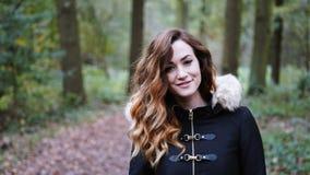 Счастливая молодая женщина идя для прогулки в лесе или древесинах стоковые фото