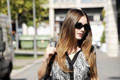 Счастливая молодая женщина идя и ходя по магазинам в городе Ультрамодный потребитель женщины смотря окна магазина Стоковые Фотографии RF