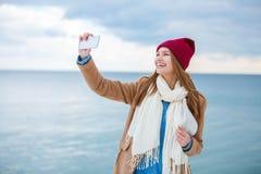 Счастливая молодая женщина имея потеху около реки Стоковые Изображения