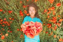 Счастливая молодая женщина лежа на луге цветка стоковые фото