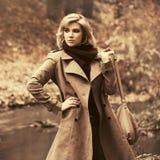 Счастливая молодая женщина моды с идти сумки внешний стоковое фото