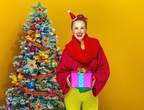 Счастливая молодая женщина показывая коробку подарка на рождество Стоковая Фотография RF