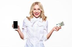 Счастливая молодая женщина показывая мобильному телефону пустой экран и держа банкноту евро 5, усмехаясь с ободрением стоковое фото rf