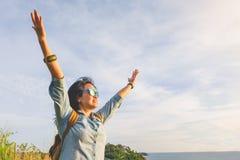 Счастливая молодая женщина путешественника подняла руку до неба наслаждаясь beaut Стоковые Изображения