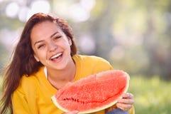 Счастливая молодая женщина с арбузом в парке Стоковые Изображения
