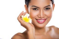 Счастливая молодая женщина с идеальной кожей стоковые фотографии rf