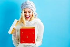 Счастливая молодая женщина с коробкой подарка на рождество стоковые изображения