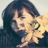 Счастливая молодая женщина с мечтать дня цветков внешний стоковое изображение rf