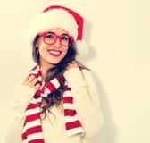 Счастливая молодая женщина с шляпой Санты Стоковые Изображения RF