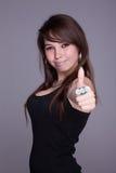 счастливая молодая женщина, с tumb вверх стоковые изображения