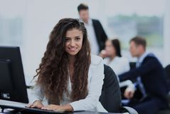 Счастливая молодая коммерсантка смотря задними и ее коллеги работают Стоковые Фото