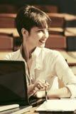 Счастливая молодая коммерсантка с компьтер-книжкой на кафе тротуара Стоковые Фотографии RF