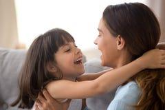 Счастливая молодая мама имеет потеху с дочерью preschooler стоковая фотография rf
