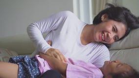 Счастливая молодая мать шутя с ее дочерью сток-видео