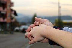 Счастливая молодая пара держа руки! стоковая фотография rf