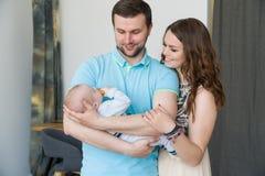 Счастливая молодая привлекательная семья с младенцем Стоковая Фотография RF