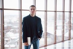 Счастливая молодая работа бизнесмена в современном офисе на компьютере Стоковая Фотография RF