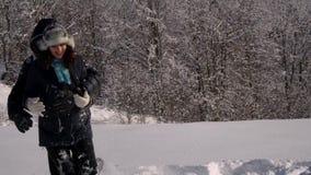 Счастливая молодая семья имеет потеху играя в снеге Они бросают снег и смех Они также весело падают в снег акции видеоматериалы