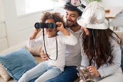 Счастливая молодая семья ослабляет и имеет потеху дома Стоковое Изображение RF