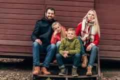 Счастливая молодая семья с 2 дет Стоковое Фото