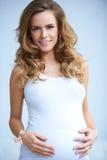 Счастливая молодая беременная женщина на естественном Стоковое Изображение RF