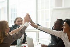 Счастливая мотивированная разнообразная команда дела давая максимум 5 на meetin Стоковая Фотография
