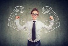 Счастливая мощная молодая бизнес-леди стоковое изображение